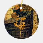 Cabaña de madera en otoño ornamento para arbol de navidad