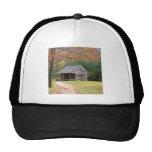 Cabaña de madera histórica de la escena en ahumado gorras de camionero