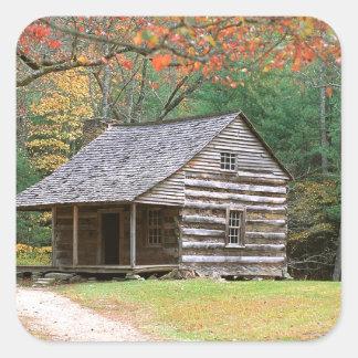 Cabaña de madera histórica de la escena en ahumado pegatina cuadrada