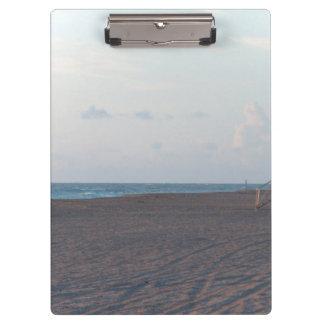 cabaña del salvavidas en la playa con el caminante