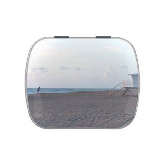 cabaña del salvavidas en la playa con el caminante jarrones de caramelos