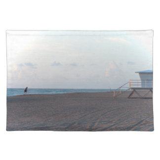 cabaña del salvavidas en la playa con el caminante mantel individual