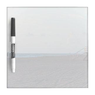cabaña del salvavidas en la playa con el caminante pizarras blancas de calidad