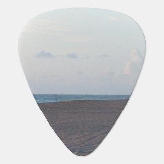 cabaña del salvavidas en la playa con el caminante plectro
