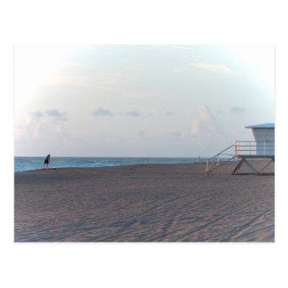 cabaña del salvavidas en la playa con el caminante postal
