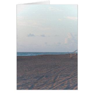 cabaña del salvavidas en la playa con el caminante tarjeta de felicitación