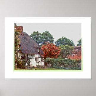 Cabaña inglesa del tejado cubierto con paja póster