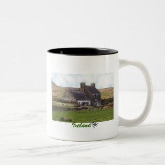 Cabaña irlandesa abandonada vieja taza de dos tonos