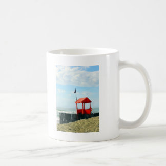 Cabaña roja de la playa taza