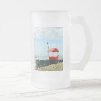 Cabaña roja de la playa taza de cristal