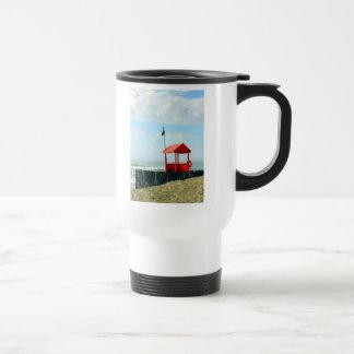 Cabaña roja de la playa taza de viaje