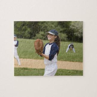 Cabeceo del chica en juego de softball de la liga rompecabezas