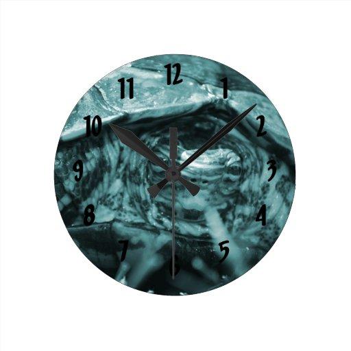 Cabeza adornada de la tortuga de madera encendido  reloj redondo mediano