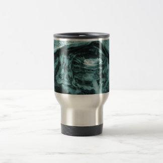 Cabeza adornada de la tortuga de madera encendido  taza de café