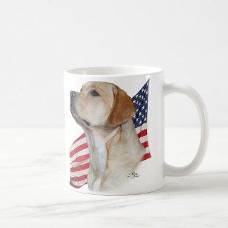 Cabeza amarilla del labrador retriever y bandera a tazas de café