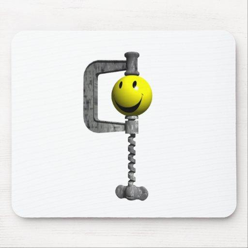 Cabeza amarilla sonriente cogida en un vicio mousepad