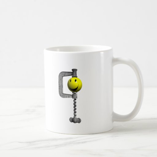 Cabeza amarilla sonriente cogida en un vicio tazas de café