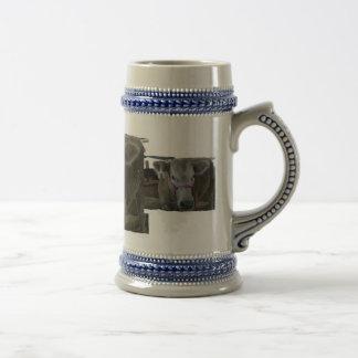 Cabeza blanca de la vaca tirada en la feria del co tazas de café