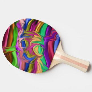 cabeza colorida del cráneo con los huesos cruzados pala de tenis de mesa