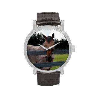 Cabeza de caballo encendido sobre máscara de la mo reloj de mano