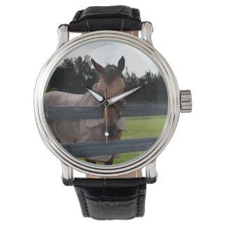 Cabeza de caballo encendido sobre máscara de la reloj