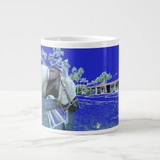 cabeza de caballo sobre el azul de la cerca colore taza grande