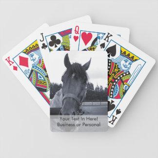 Cabeza de caballo sobre la cabeza de la cerca en e cartas de juego