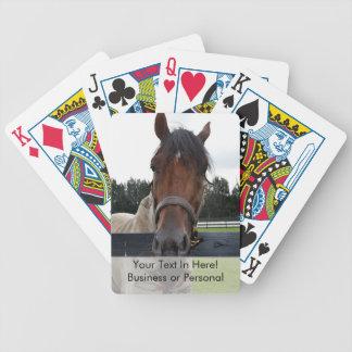 Cabeza de caballo sobre la cabeza de la cerca ence cartas de juego