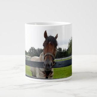 Cabeza de caballo sobre la cabeza de la cerca taza grande