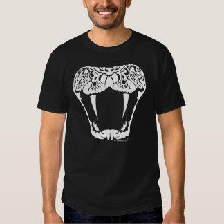 Cabeza de griterío de la serpiente de cascabel camisas
