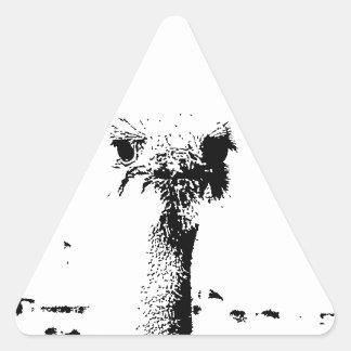 Cabeza de la avestruz en pluma y tinta pegatina triangular