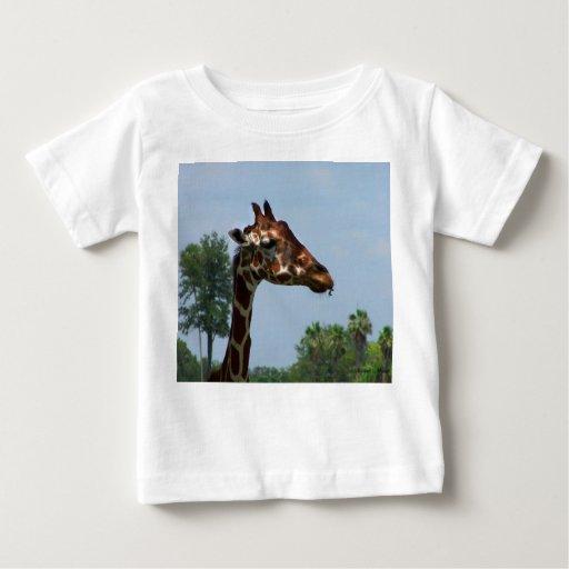 Cabeza de la jirafa contra imagen de la fotografía playera para bebé