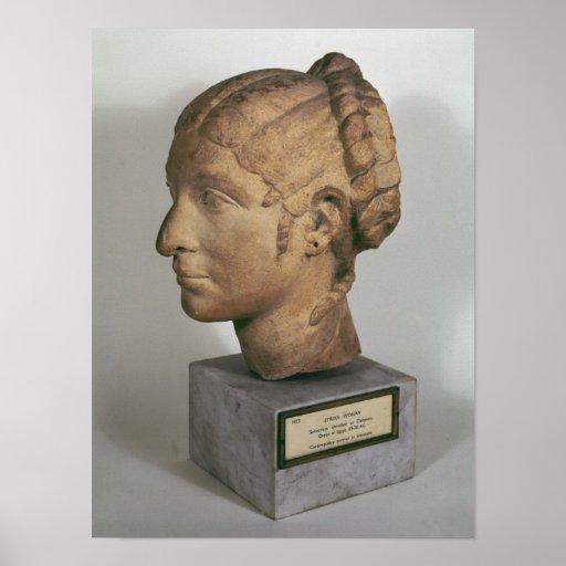 Cabeza de la piedra caliza de una mujer póster