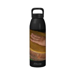 cabeza de la piel del tambor de la mano con hand.j botellas de agua reutilizables
