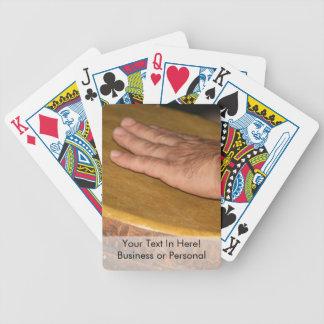 cabeza de la piel del tambor de la mano con hand.j cartas de juego