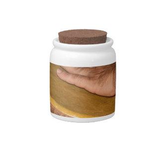 cabeza de la piel del tambor de la mano con hand.j plato para caramelo