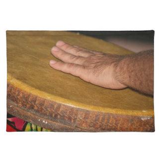 cabeza de la piel del tambor de la mano con hand.j manteles