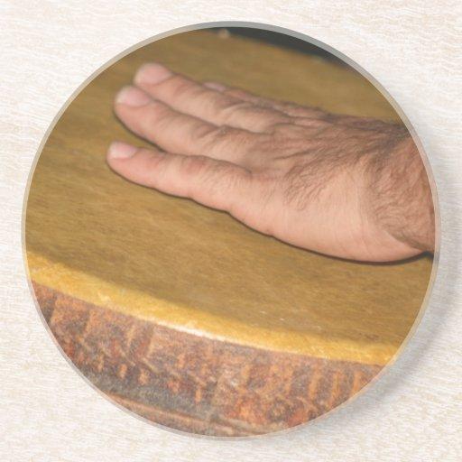 cabeza de la piel del tambor de la mano con hand.j posavasos cerveza