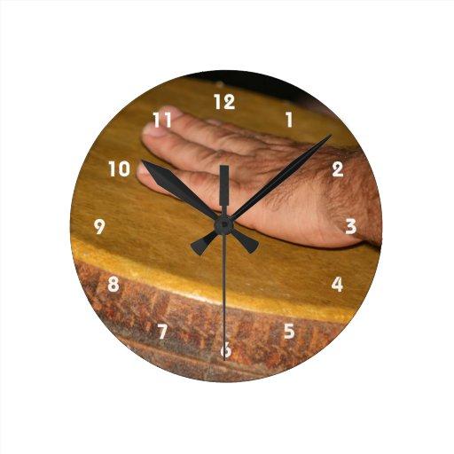 cabeza de la piel del tambor de la mano con hand.j reloj