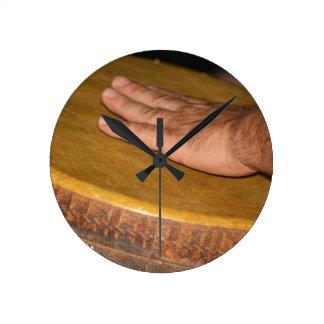 cabeza de la piel del tambor de la mano con hand.j reloj de pared