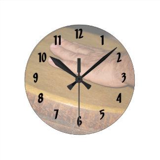 cabeza de la piel del tambor de la mano con hand.j reloj redondo mediano
