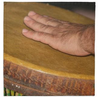 cabeza de la piel del tambor de la mano con hand j servilleta de papel
