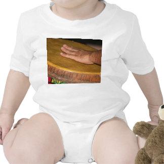 cabeza de la piel del tambor de la mano con trajes de bebé