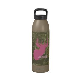 Cabeza de los ciervos y botella de agua rosadas de