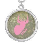 Cabeza de los ciervos y collar rosados del camufla