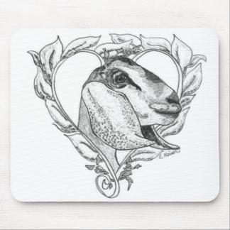 Cabeza de Nubian en corazón Mousepads