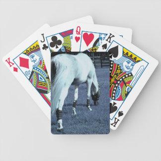 cabeza de pasto azul del caballo blanco abajo en h cartas de juego