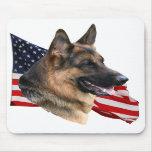Cabeza de perro de pastor alemán con la bandera Mo Alfombrillas De Ratones