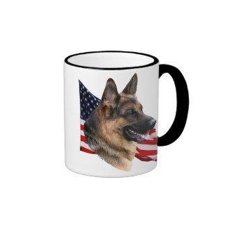 Cabeza de perro de pastor alemán con la taza de la