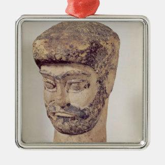 Cabeza de un hombre moldeado, c.1800 A.C. Adorno Cuadrado Plateado